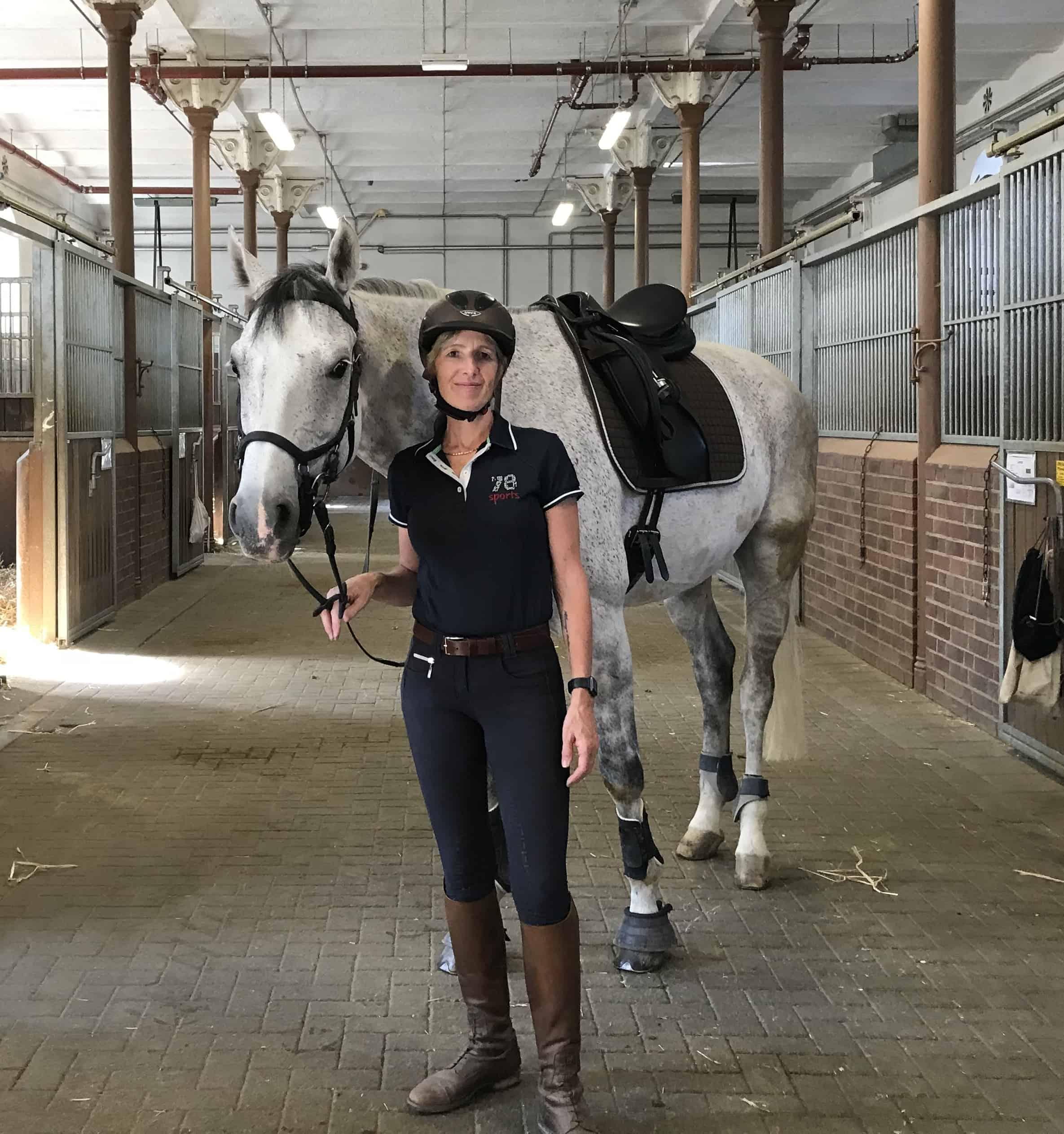 Kati Auer Pferdetraining mit einem Schimmel